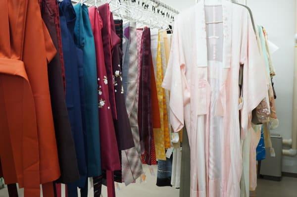 着物を乾燥室に干す