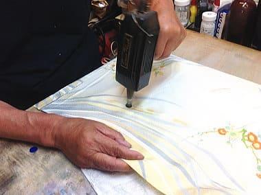 シルクガンで部分的に汚れをタオルに移す